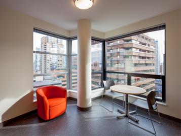 rode stoel en tafel op grijze marmoleumvloer in appartement