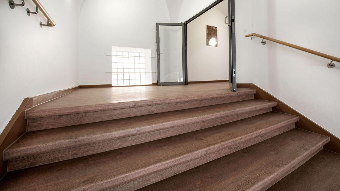 Arbeitsgericht Regensburg Treppenabsatz– Forbo Allura Wood