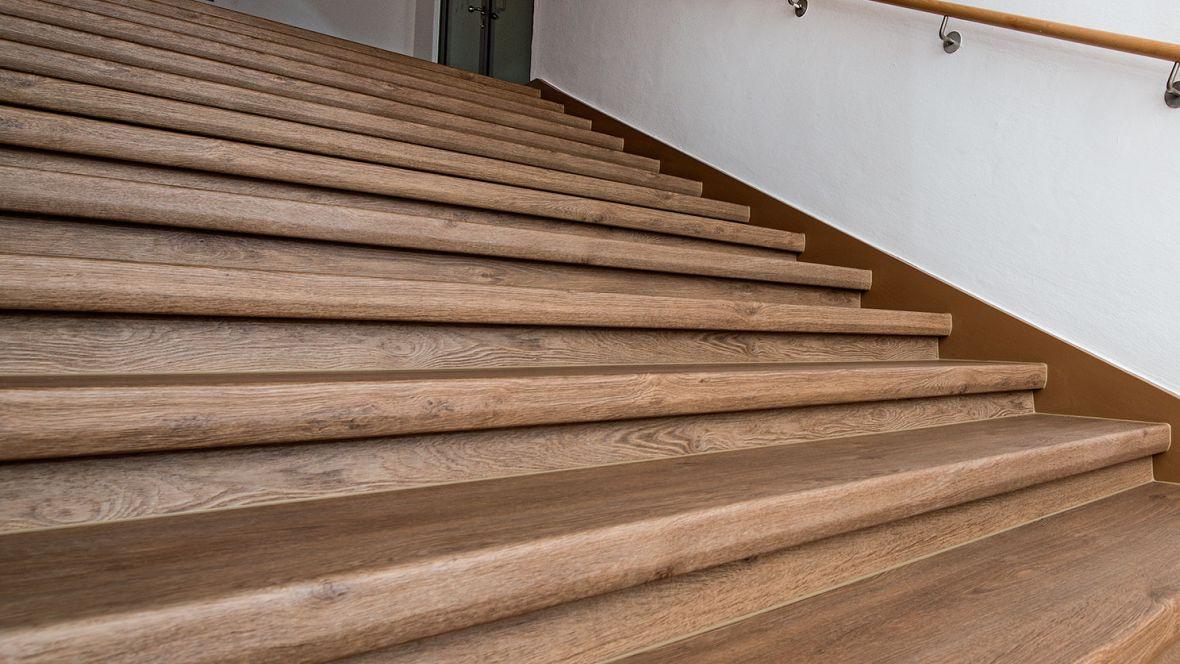 Arbeitsgericht Regensburg Detailaufnahme Treppenstufen in Holzoptik – Forbo Allura Wood