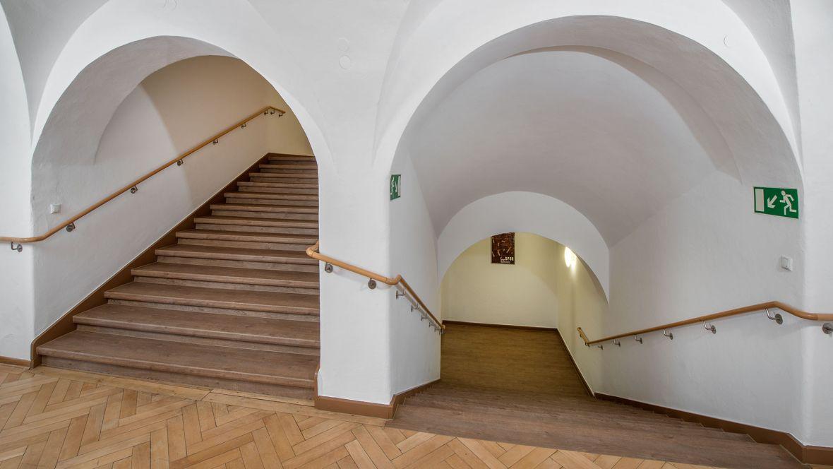 Arbeitsgericht Regensburg Treppenhaus mit Stufen in Holzoptik – Forbo Allura Wood