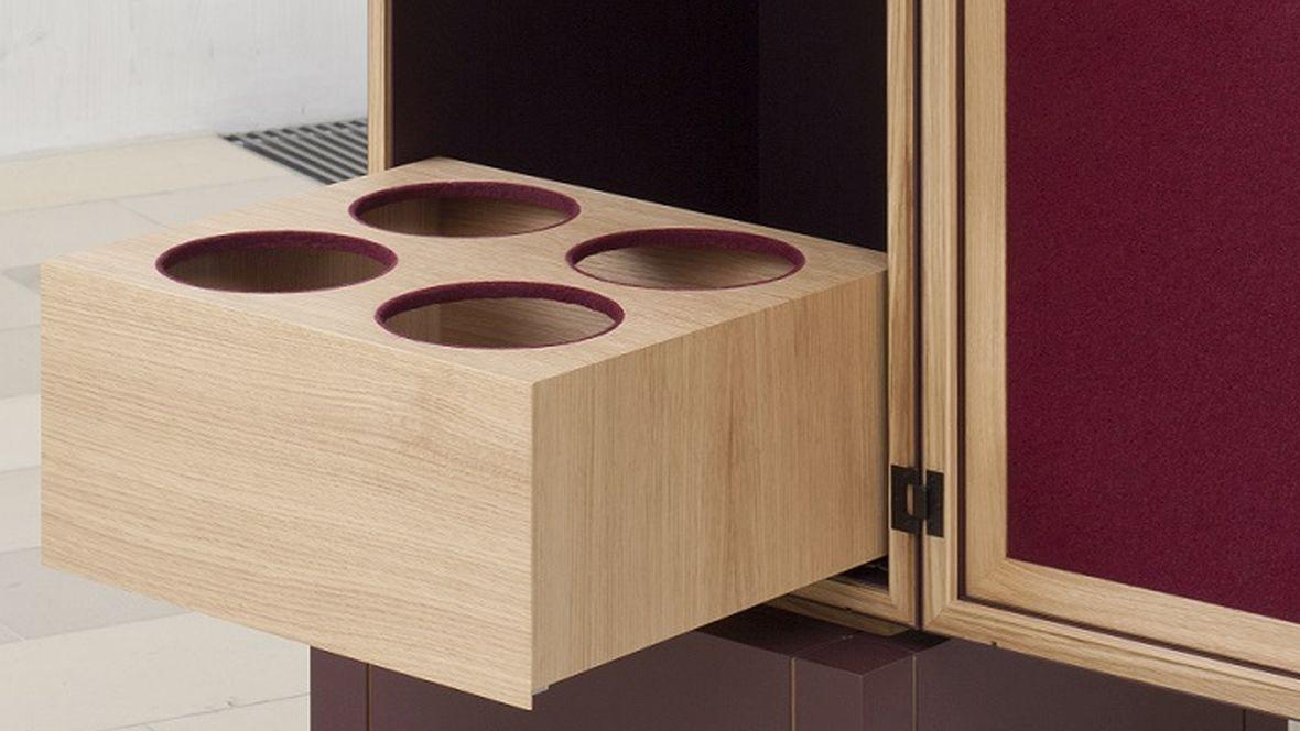 Meisterstück Weinsäule Meisterschule Garmisch-Partenkirchen In Möbel integrierte Flaschenhalter – Forbo Furniture Linoleum