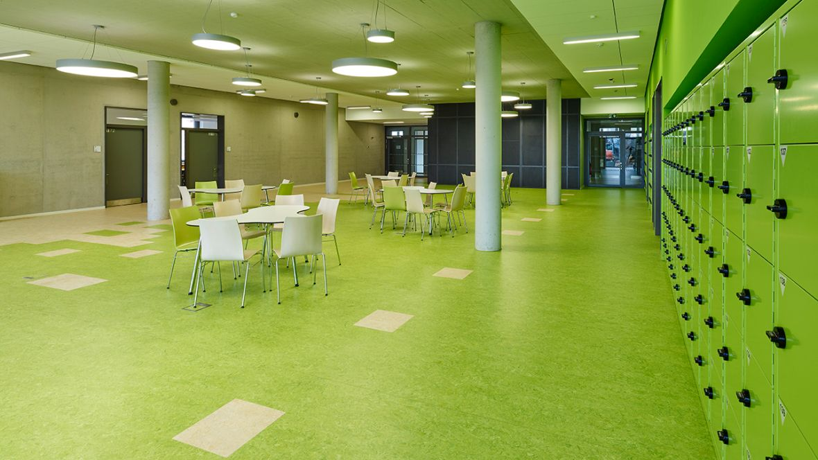 Wilhelm-Bracke Gesamtschule Braunschweig Grüner Bodenbelag und grüne Spintwand – Forbo Marmoleum Real