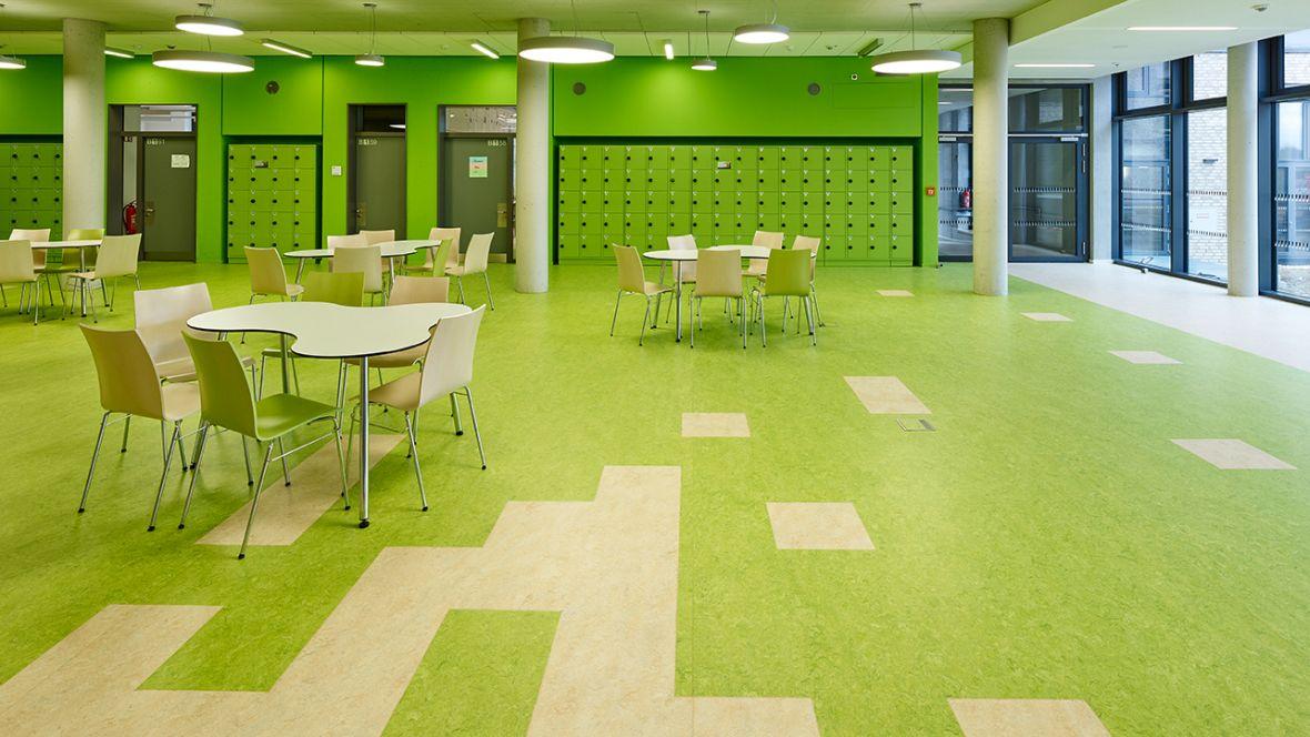 Wilhelm-Bracke Gesamtschule Braunschweig Tisch und Stühle auf grünem Boden – Forbo Marmoleum Real