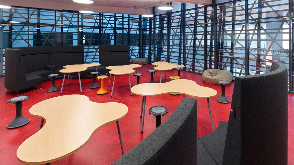 Wilhelm-Bracke Gesamtschule Braunschweig Sitzecke auf rotem Boden – Forbo Marmoleum Real