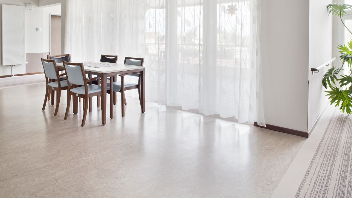 """AWO Seniorenzentrum """"Am See"""" Markranstädt Tische und Stühle vor Fenster – Forbo Marmoleum Real"""