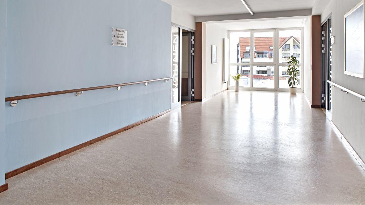 """AWO Seniorenzentrum """"Am See"""" Markranstädt Detailaufnahme Gang mit antibakteriellem Bodenbelag – Forbo Marmoleum Real"""