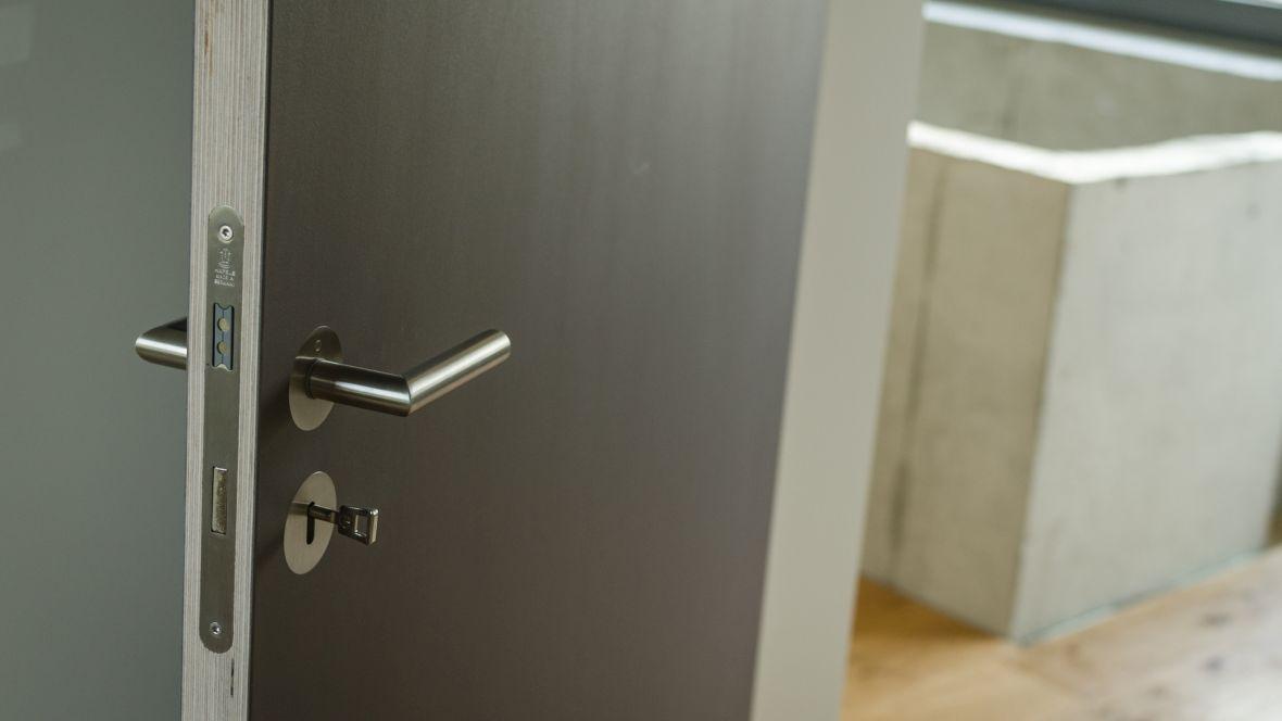 Türenprogramm Möbeltischlerei Marko Wust Detailaufnahme Holztür mit Linoleumoberfläche – Forbo Furniture Linoleum