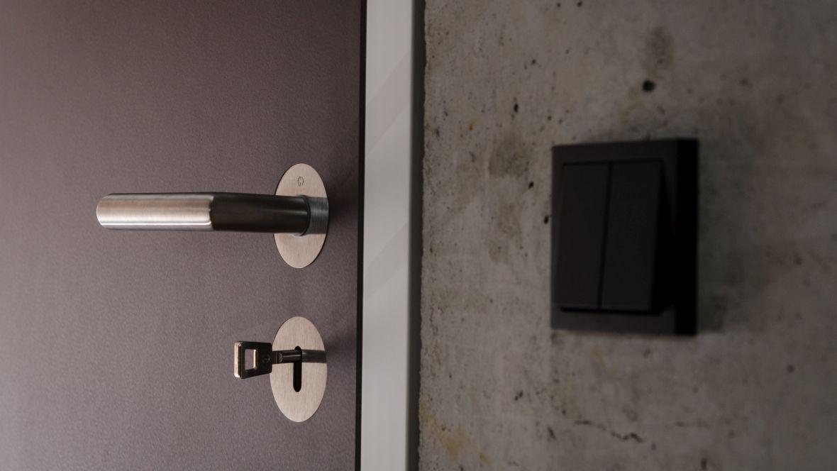 Türenprogramm Möbeltischlerei Marko Wust Nahaufnahme Türklinke und Schlüssel im Schloss – Forbo Furniture Linoleum