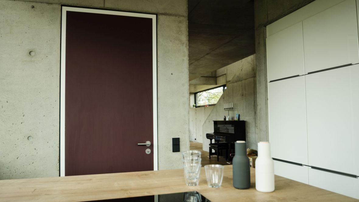 Türenprogramm Möbeltischlerei Marko Wust Braune Türen in Wohnung – Forbo Furniture Linoleum
