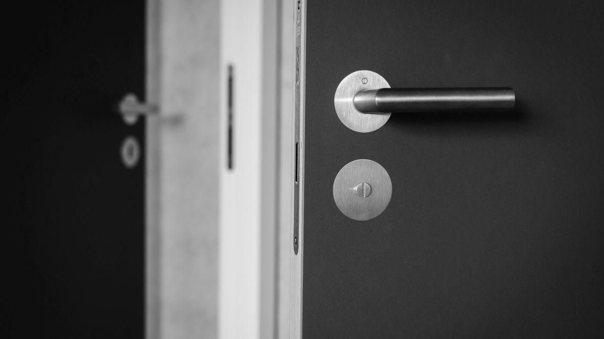 Türenprogramm Möbeltischlerei Marko Wust Detailaufnahme Tür mit Linoleumoberfläche – Forbo Furniture Linoleum