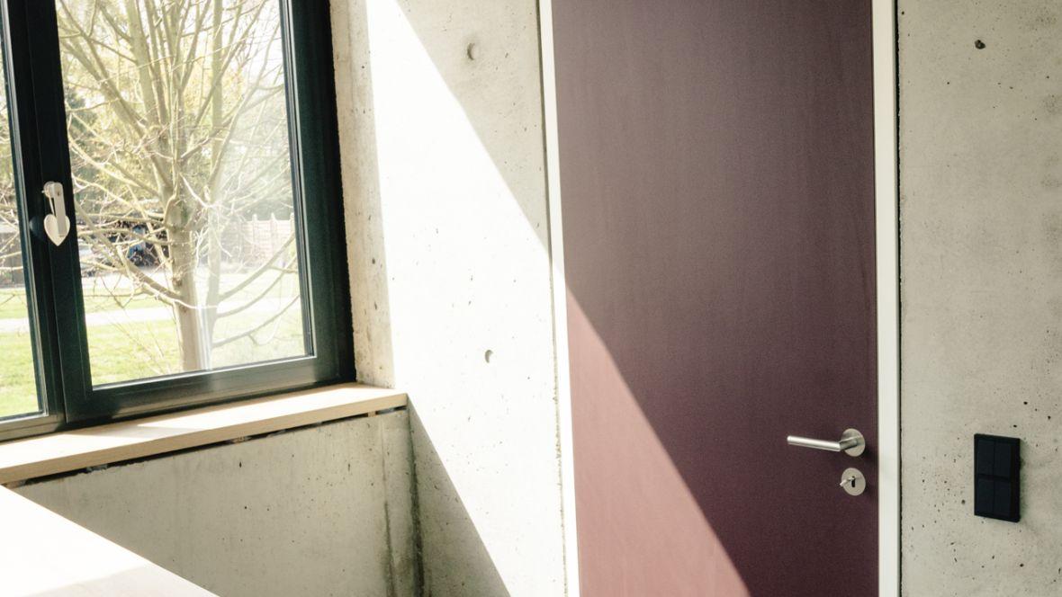 Türenprogramm Möbeltischlerei Marko Wust Burgundfarbene Tür – Forbo Furniture Linoleum