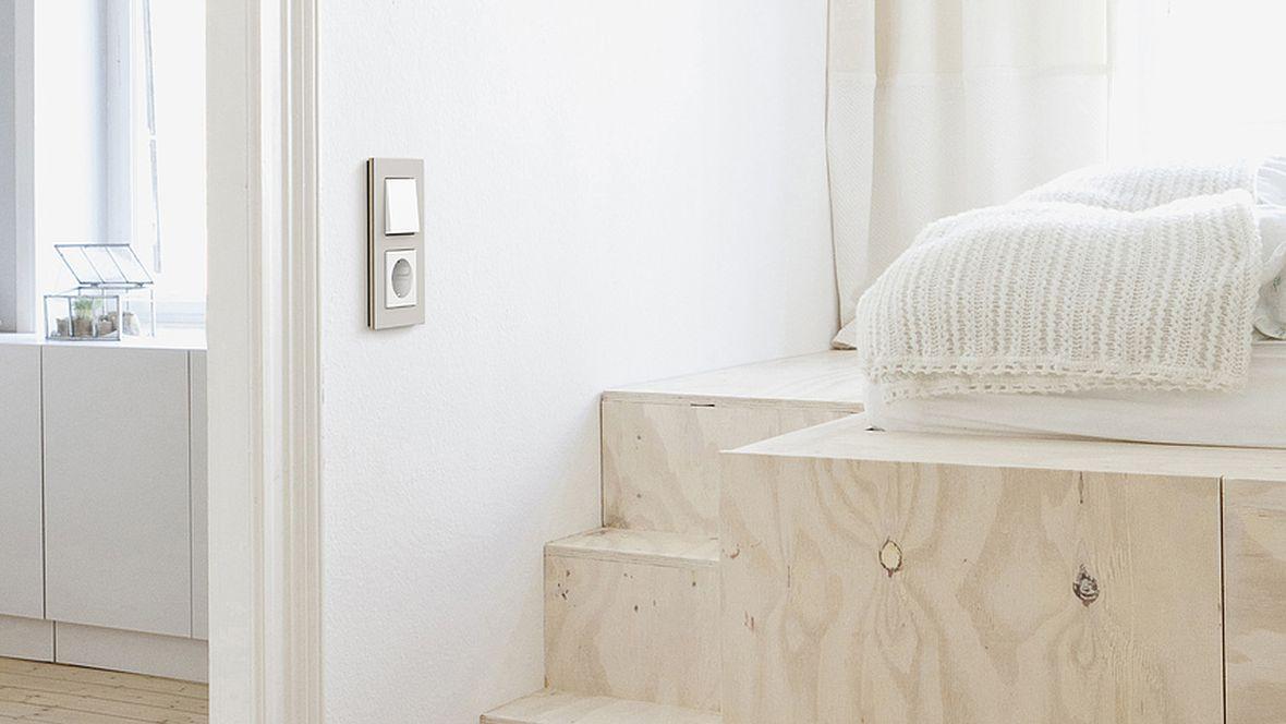 """Gira Schalterserie """"Esprit"""" Lichtschalter und Steckdose an der Wand – Furniture Linoleum"""