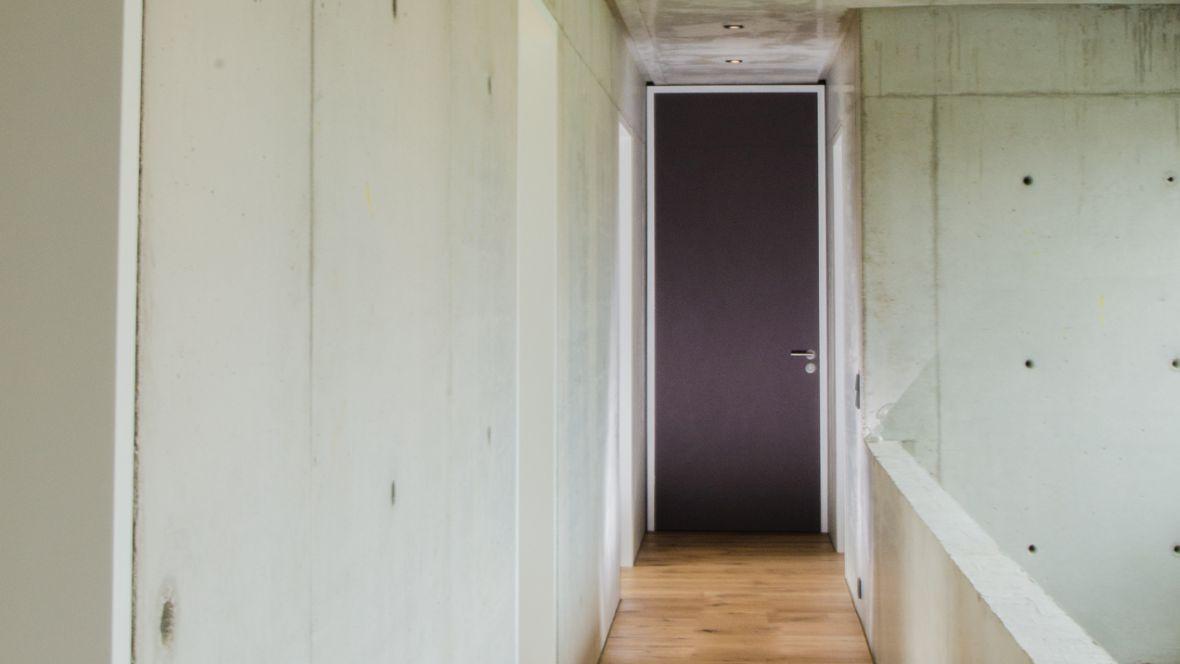 Türenprogramm Möbeltischlerei Marko Wust Blick von Gang auf Tür – Forbo Furniture Linoleum