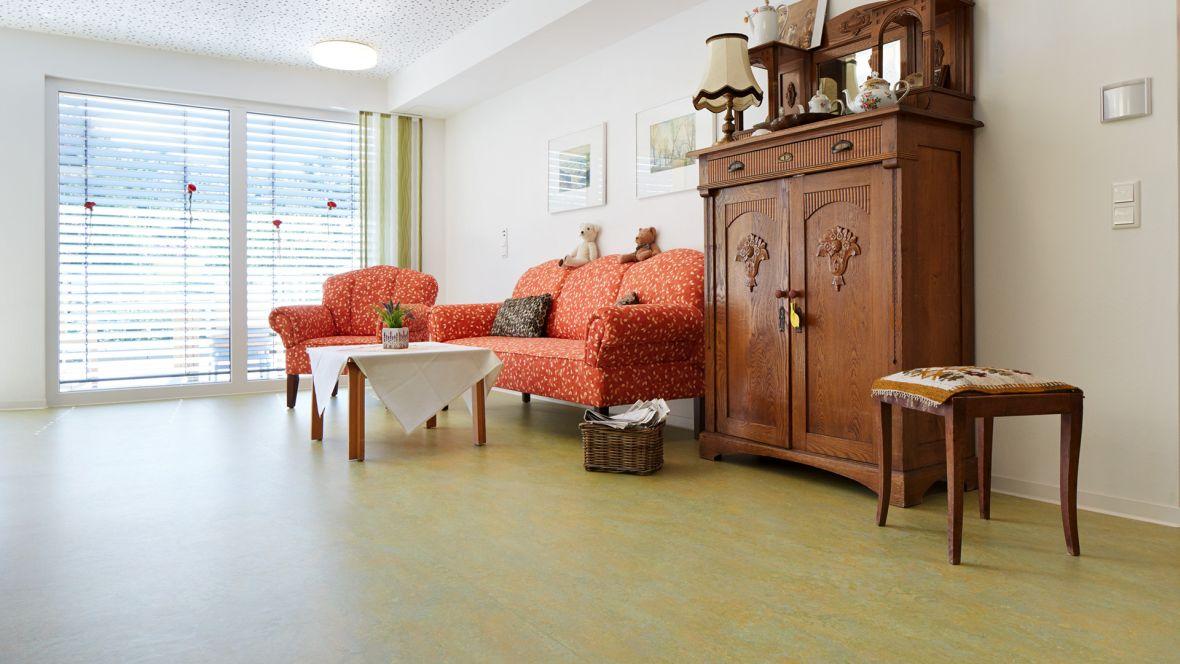 Kreisseniorenheim Lemgo Sofa Sessel und antiker Bauernschrank – Forbo Marmoleum Vivace
