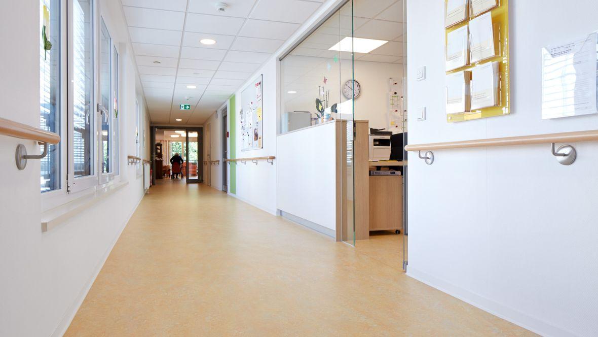 Kreisseniorenheim Lemgo Antibakterieller Bodenbelag im Gang – Forbo Marmoleum Vivace