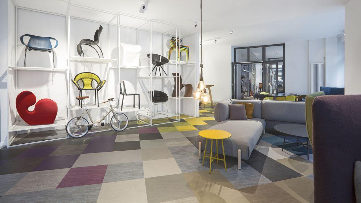 Boecker GmbH Berlin Verkaufsraum mit bunten Bodenkacheln – Forbo Linoleum Modular