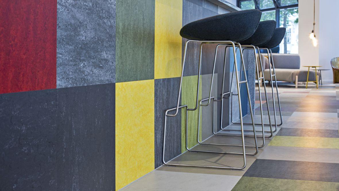 Boecker GmbH Berlin Nahaufnahme Boden und Tresen mit farbigen Kacheln– Forbo Linoleum Modular