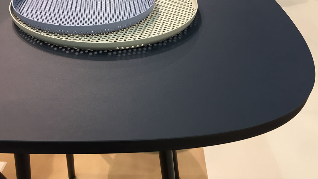 Orgatec - Tisch mit Tabletts