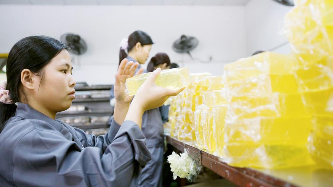 Forbo Mitarbeitende in der Produktion von Schmelzklebstoffen.