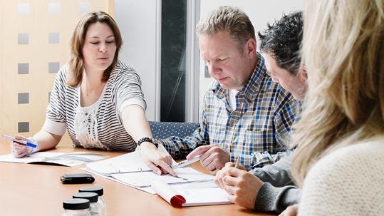 Forbo Mitarbeitende während eines Meetings an einem Sitzungstisch.