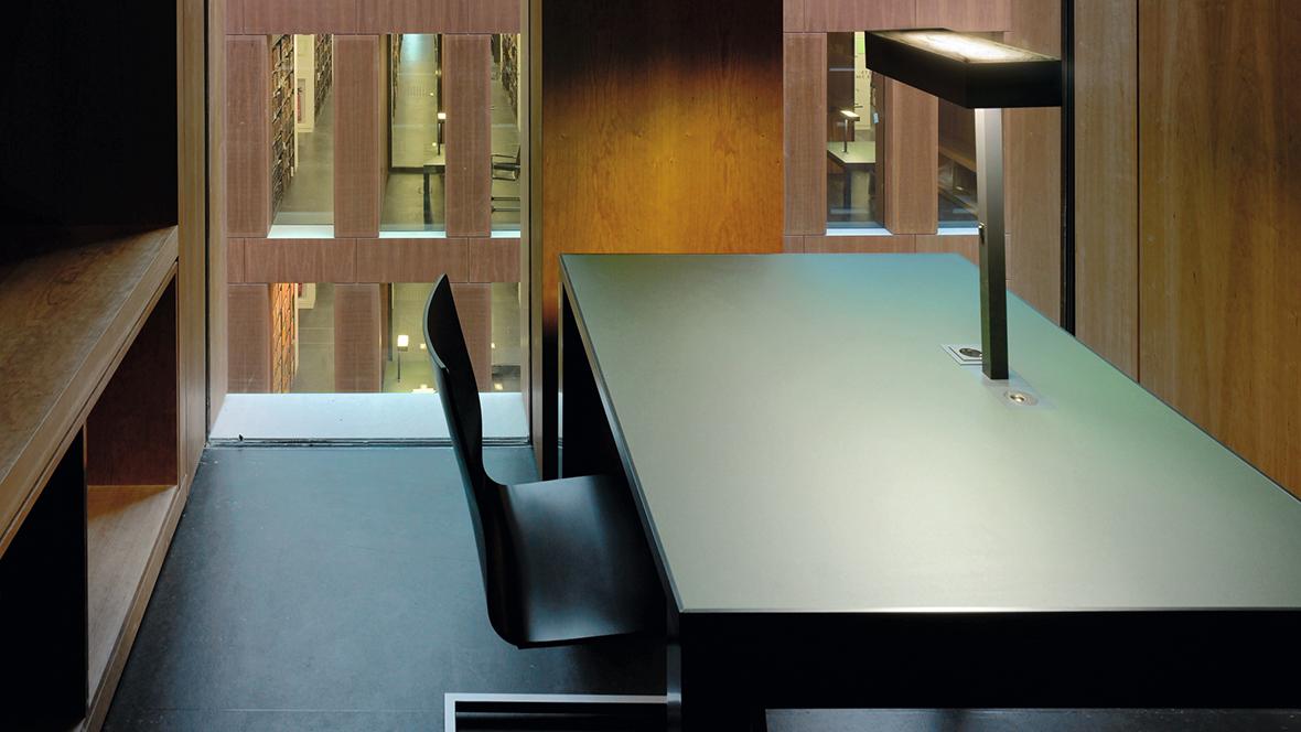 Jacob-und-Wilhelm-Grimm-Zentrum Berlin Nahaufnahme Tischplatte mit Linoleumoberfläche – Forbo Desktop