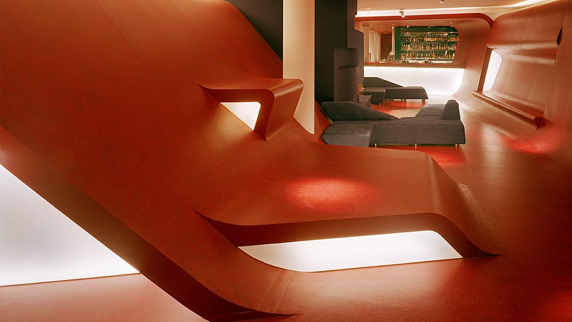Hotel Q Berlin Rote Wandverkleidung als Sitzgelegenheit – Forbo Marmoleum Real