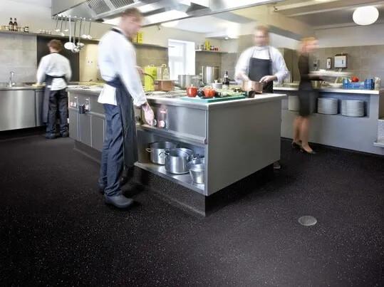 Revêtement de sol antidérapant cuisine collective | Forbo Flooring Systems
