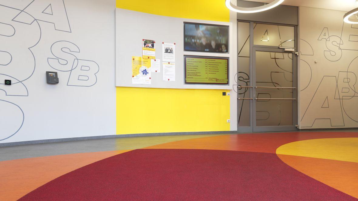 Arbeiter-Samariter-Bund München Flur mit farbigen Wänden und Boden - Forbo Marmoleum Fresco