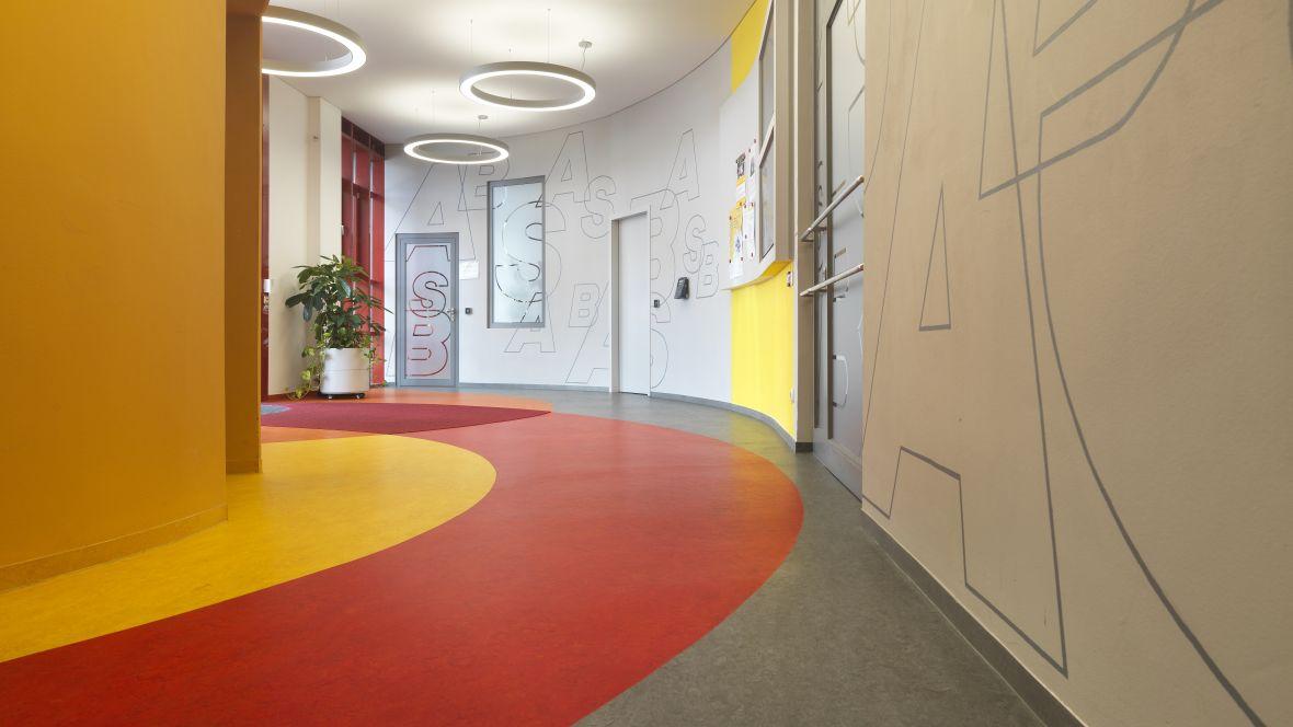 Arbeiter-Samariter-Bund München Boden mit Intarsien in Rot- und Gelbtönen - Forbo Coral Classic