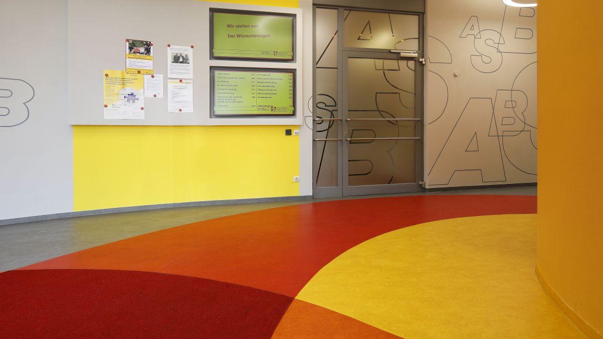 Arbeiter-Samariter-Bund München Flur mit farbigen Boden - Forbo Marmoleum Fresco