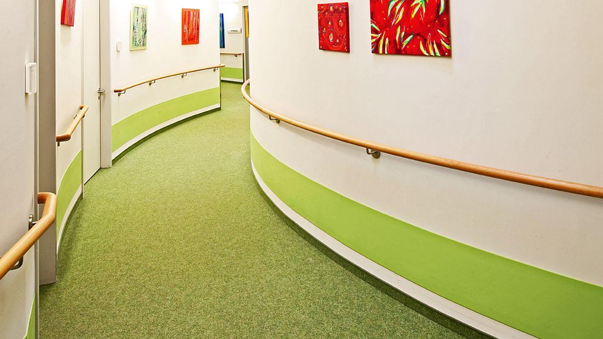 Evangelisches Pflegezentrum Baierbrunner München Geschwungener Flur mit grünem Boden – Forbo Nadelvlies Forte