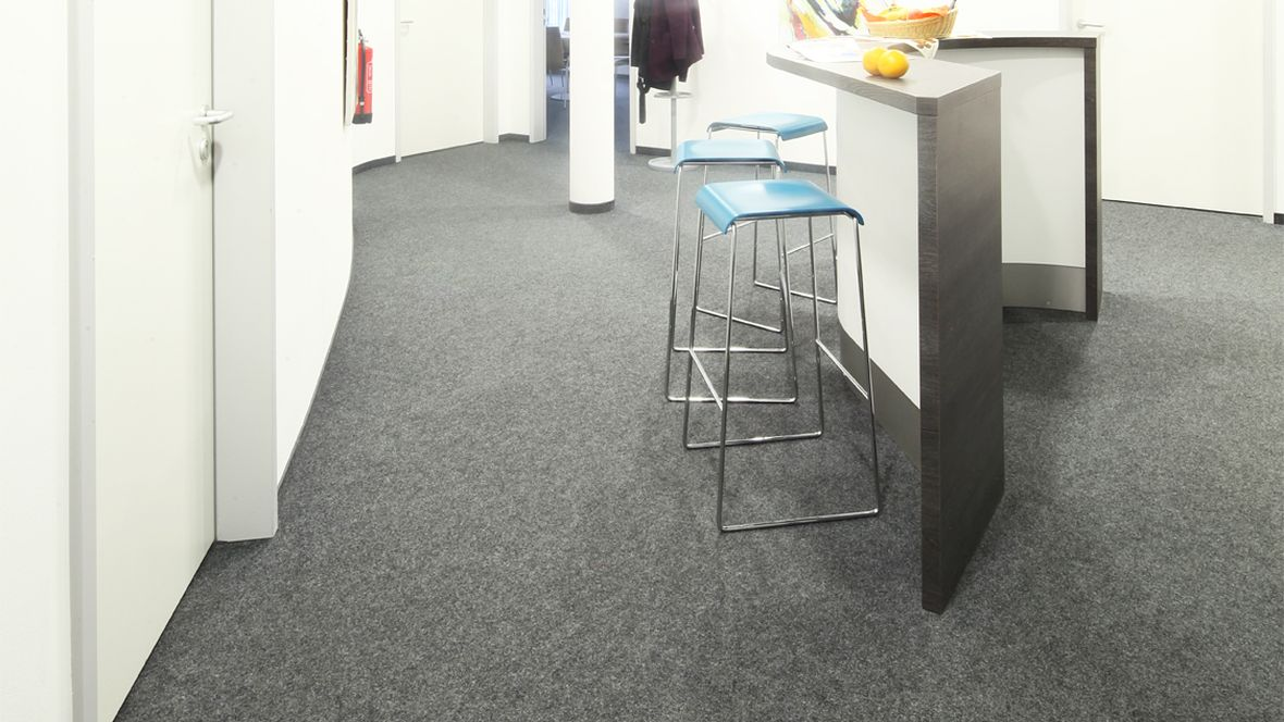 Evangelisches Pflegezentrum Baierbrunner München Stehtisch und Stühle auf grauem Boden – Forbo Nadelvlies Forte