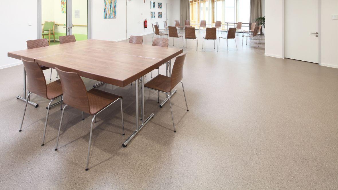 Evangelisches Pflegezentrum Baierbrunner München Tisch und Stühle auf braunem Boden – Forbo Eternal Smaragd