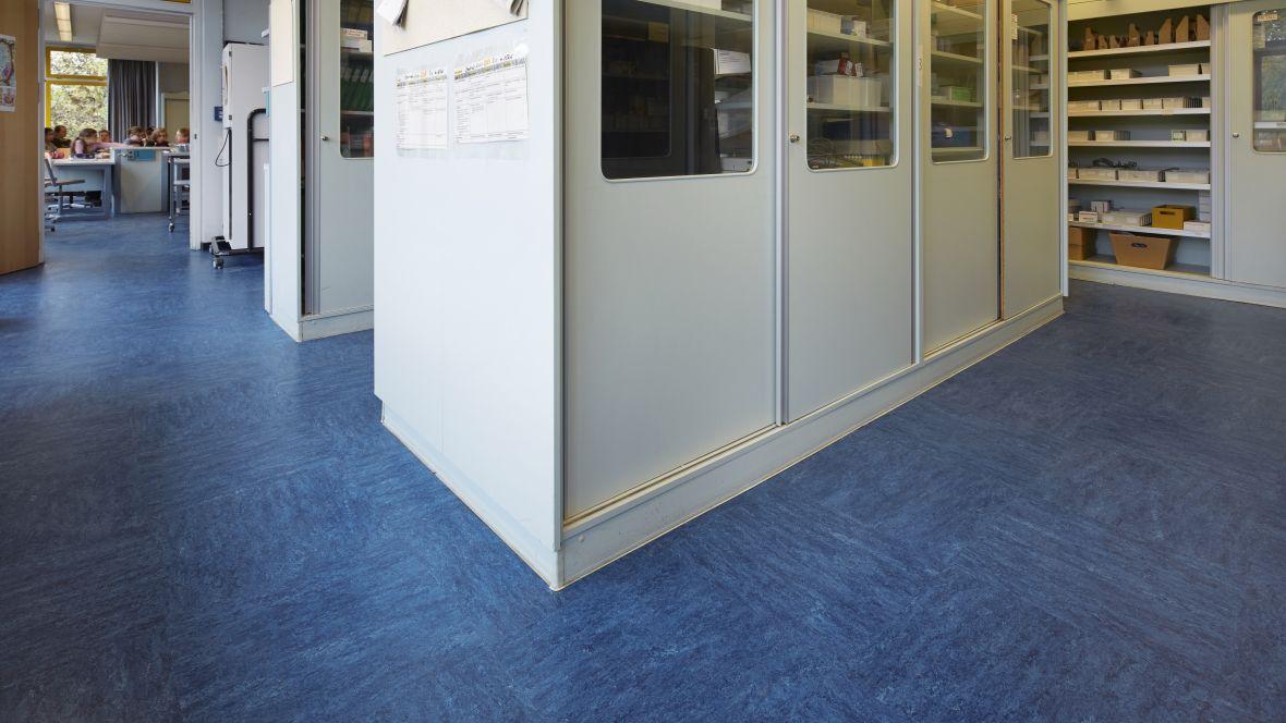 Gesamtschule Brühl - Europaschule Brühl Schränke auf blauem Boden – Forbo Linoleum Modular