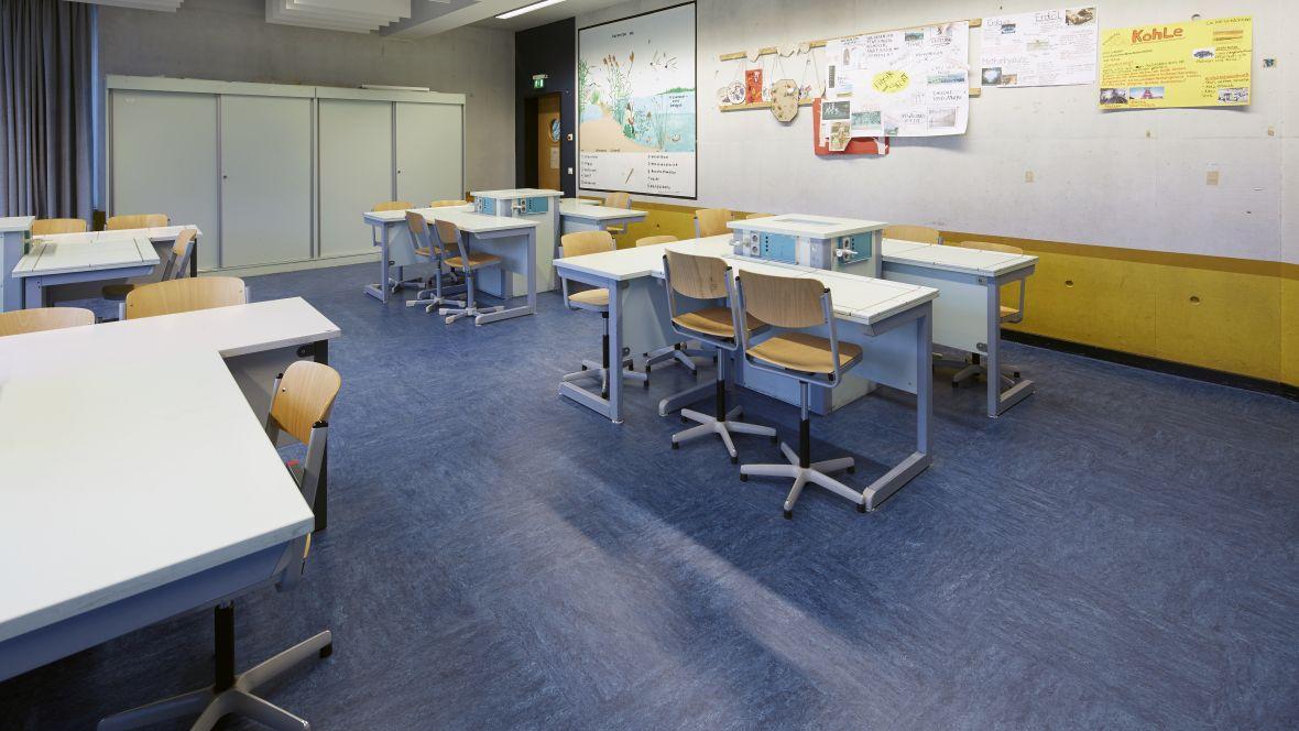 Gesamtschule Brühl - Europaschule Brühl Klassenzimmer mit blauem Boden – Forbo Linoleum Modular