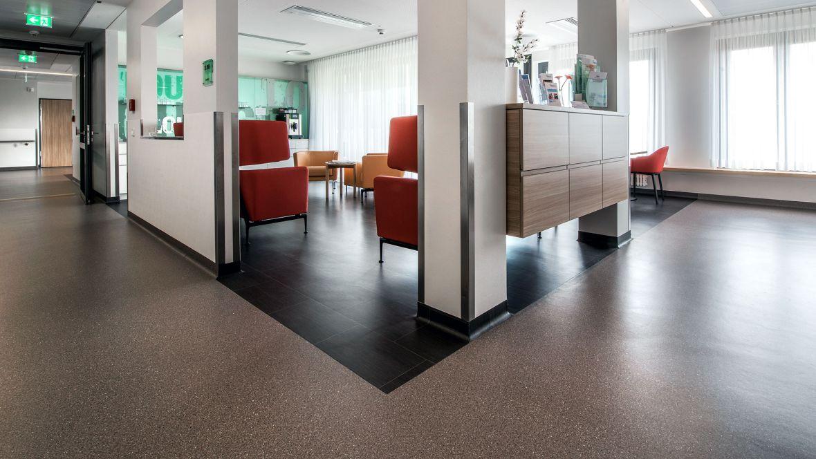 Herzzentrum Bad Krozingen Freiburg Gesprenkelter Boden im Gang – Novilux Design Graphic
