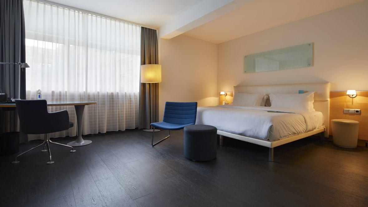 Hotel Le Meridien Frankfurt Schlafzimmer mit dunklem Holzoptikboden - Forbo Allura Flex Wood