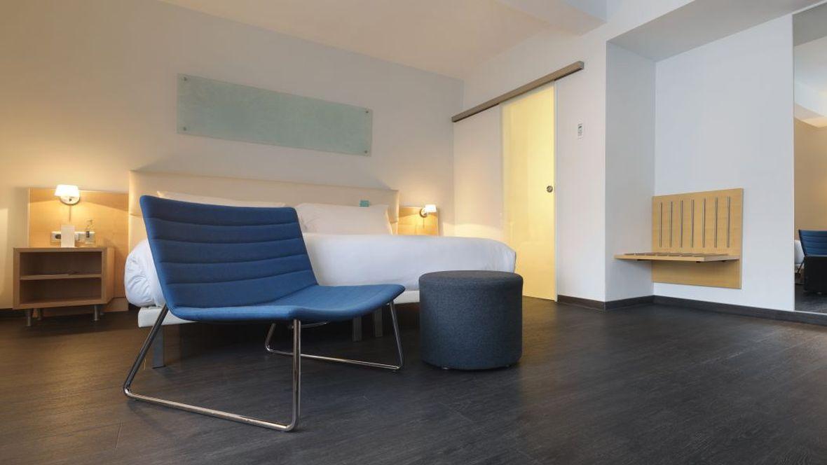 Hotel Le Meridien Frankfurt Blauer Stuhl - Forbo Allura Flex Wood
