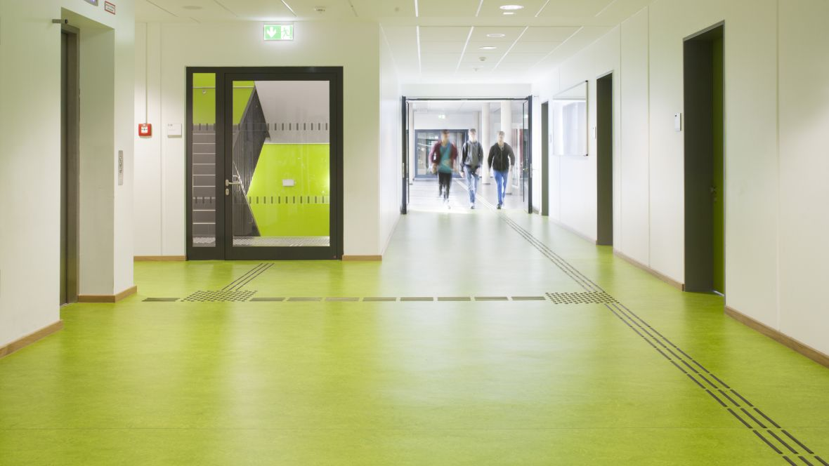 Leonore-Goldschmidt-Schule Gang mit grünem Boden – Forbo Marmoleum Real