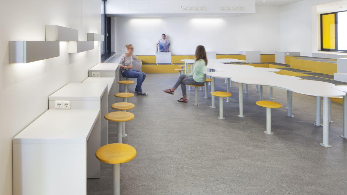 Leonore-Goldschmidt-Schule Jugendliche auf Hockern – Forbo Marmoleum Real