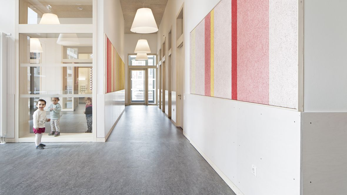 Kita, Büro & Wohnkomplex am Klagesmarkt Hannover Lächelnde Kinder im Flur – Forbo Marmoleum Real