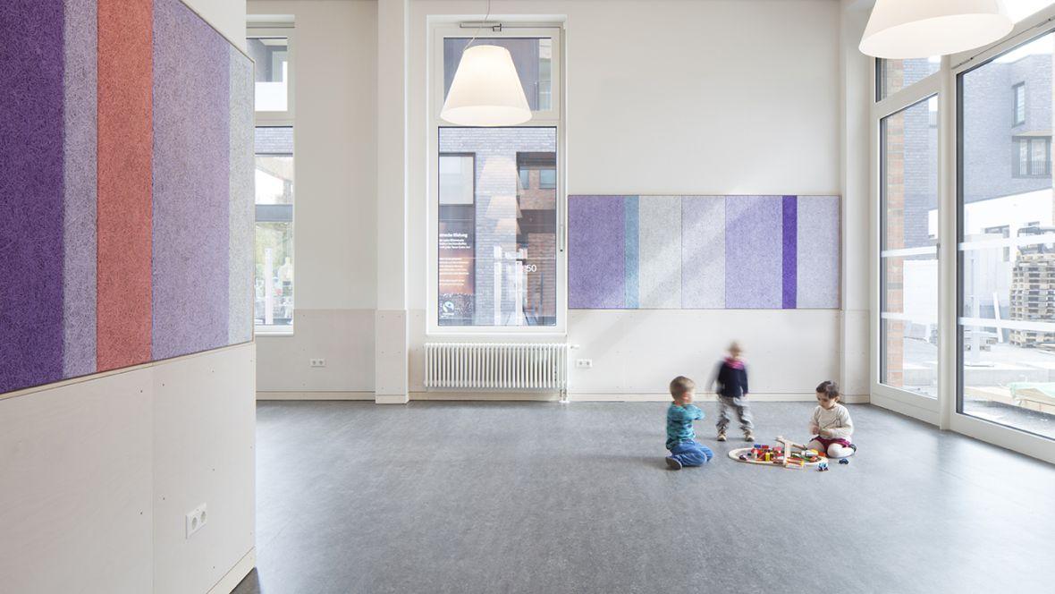 Kita, Büro & Wohnkomplex am Klagesmarkt Hannover Spielende Kinder auf grauem Fußboden – Forbo Marmoleum Real
