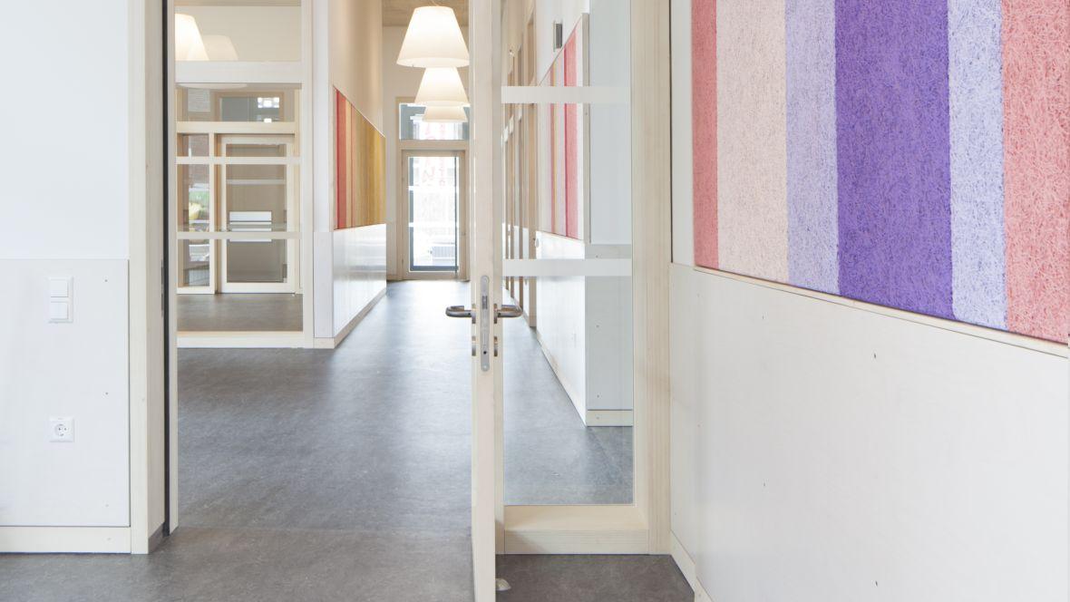 Kita, Büro & Wohnkomplex am Klagesmarkt Hannover Gang mit bunten Wänden – Forbo Marmoleum Real