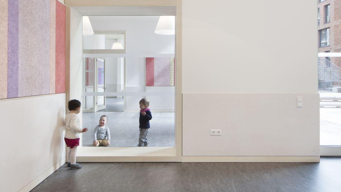 Kita, Büro & Wohnkomplex am Klagesmarkt Hannover Spielende Kinder – Forbo Marmoleum Real