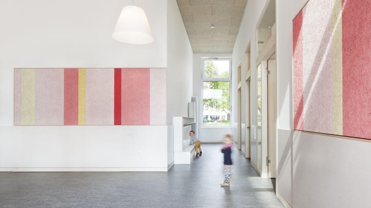 Kita, Büro & Wohnkomplex am Klagesmarkt Hannover Kinder laufen im Gang – Forbo Marmoleum Real