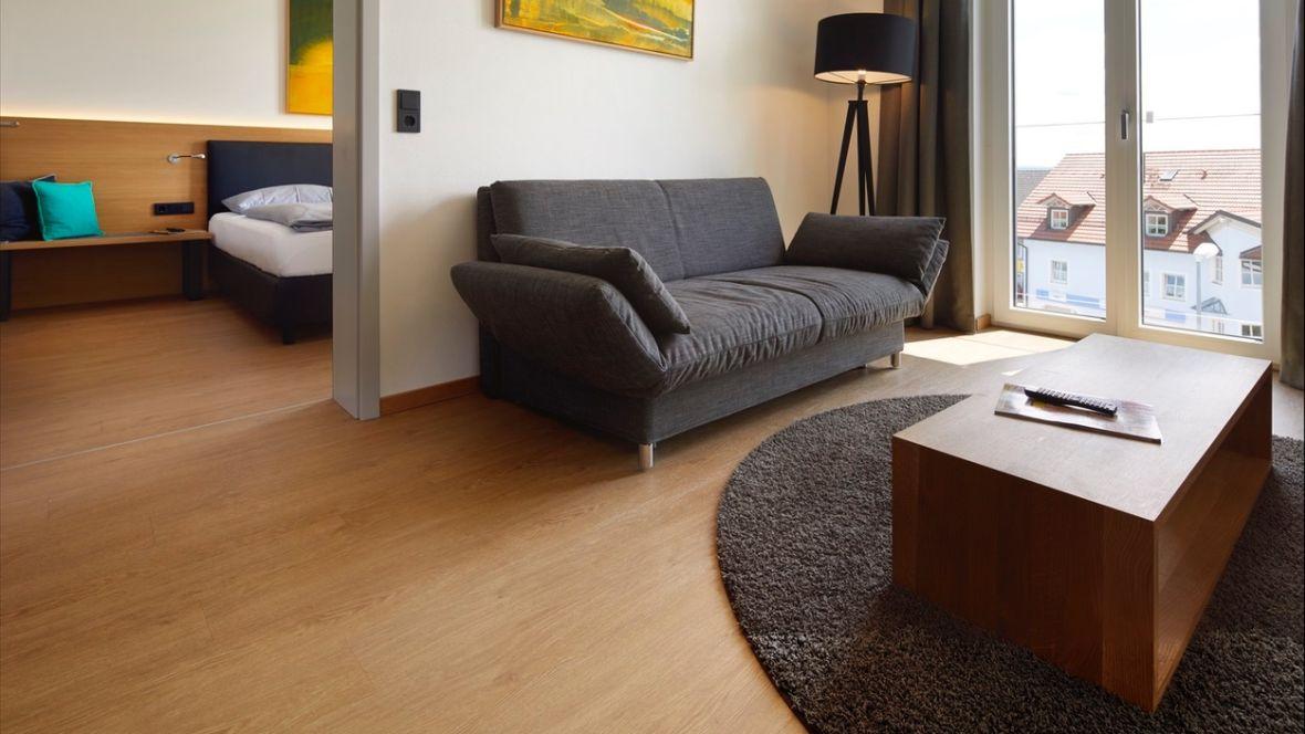 Hotel Motel Inn Simbach Sofa und Couchtisch – Forbo Allura Wood