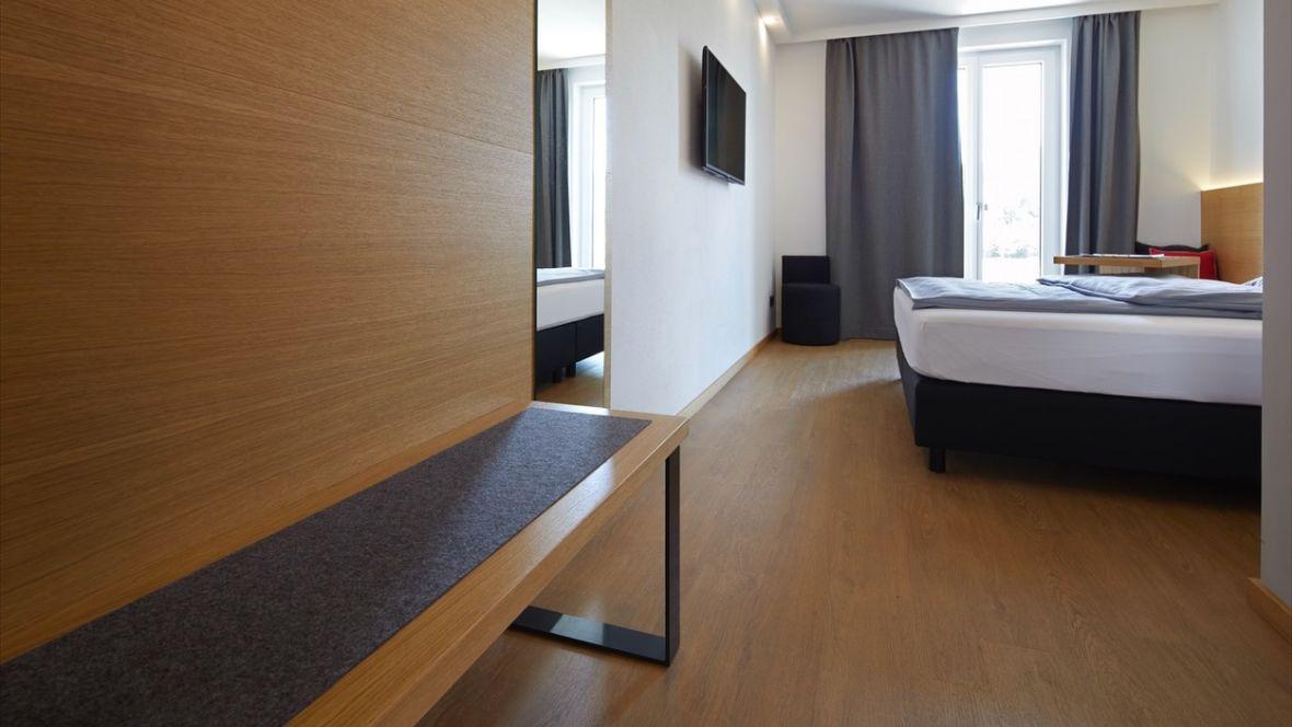 Hotel Motel Inn Simbach Kofferbank im Hotelzimmer– Forbo Allura Wood