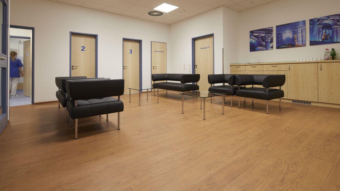 Radiologie Uniklinik Frankfurt Stühle im Wartebereich – Forbo Allura Wood
