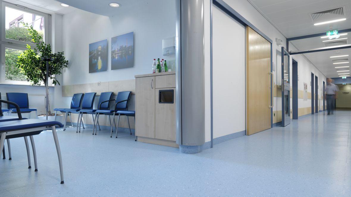 Radiologie Uniklinik Frankfurt Blauer Krankenhausflur – Forbo Colorex EC
