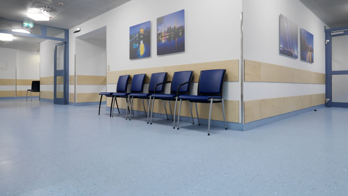 Radiologie Uniklinik Frankfurt Stühle im Gang – Forbo Colorex EC